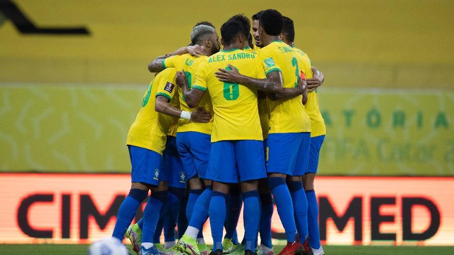 Jogadores da seleção brasileira se abraçam durante jogo contra o Peru pelas Eliminatórias - Lucas Figueiredo/CBF