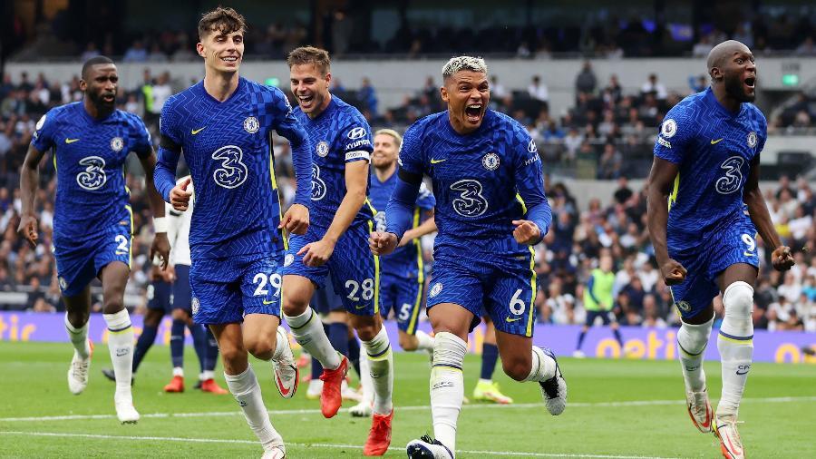 Thiago Silva comemora com companheiros de Chelsea gol contra o Tottenham no Campeonato Inglês - Reprodução/Twitter @ChelseaFC