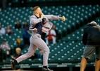 Conor McGregor se arrisca no beisebol a 'isola' bolinha em arremesso; veja