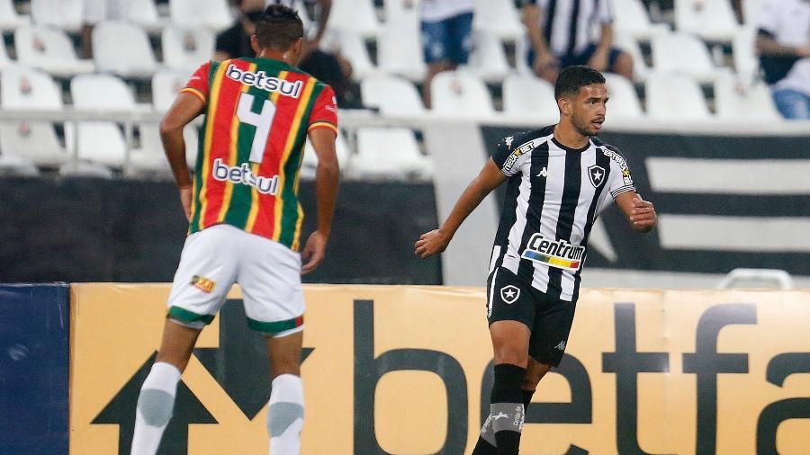 Marco Antônio, meia do Botafogo, em duelo com o Sampaio Corrêa, pela Série B do Brasileiro - Vítor Silva/Botafogo