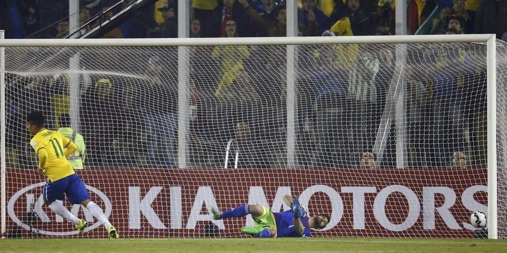 Firmino completa cruzamento de Willian para fazer 2 a 0 para o Brasil contra a Venezuela