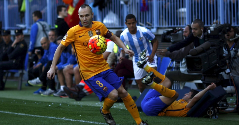 23.jan.2016 - Andrés Iniesta domina a bola com tranquilidade durante Barcelona x Málaga, mas ele nem viu o 'boliche' na disputa anterior