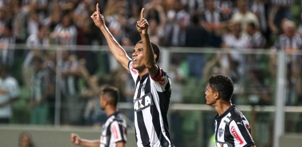 Zagueiro Leonardo Silva teve muito trabalho para segurar o ataque do Colo Colo