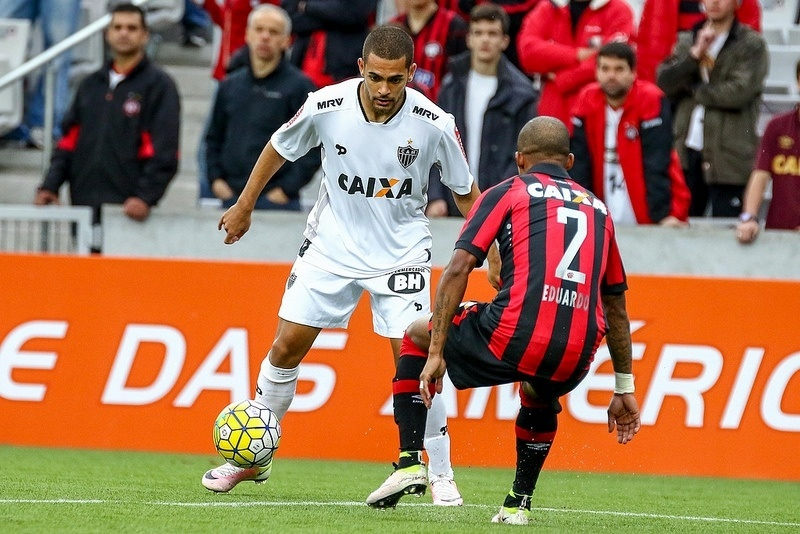 Clayton, do Atlético-MG, em ação contra o Atlético-PR