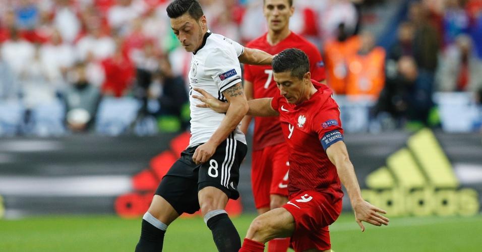 Lewandowski e Ozil disputam lance em Alemanha x Polônia na Eurocopa