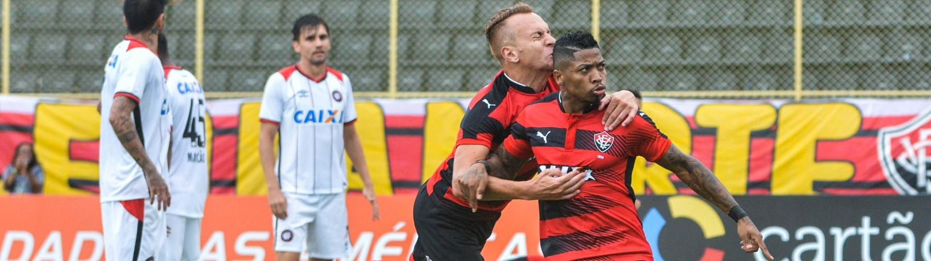 Marinho comemora virada do Vitória sobre o Atlético-PR no Barradão