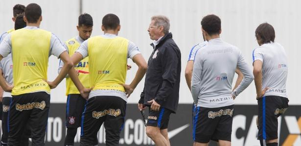 Oswaldo de Oliveira prepara o time do Corinthians para enfrentar o Figueirense