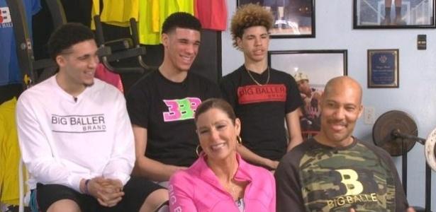 LiAngelo, Lonzo e LaMelo (esq. para dir.) e os pais, Tina e LaVar - Reprodução/CBS