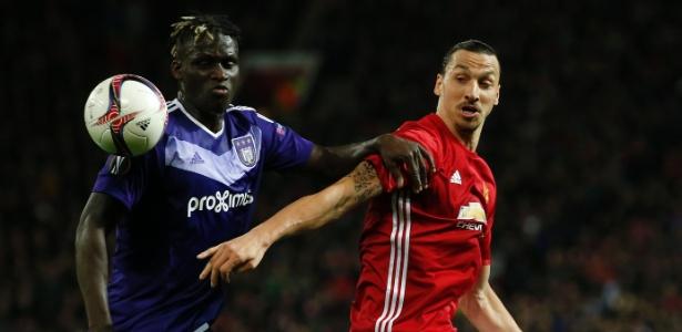 Ibrahimovic disputa bola em partida do Manchester United contra o Anderlecht