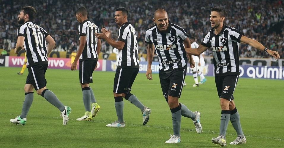 Jogadores do Botafogo comemoram gol diante do Vasco em clássico pelo Campeonato Brasileiro 2017