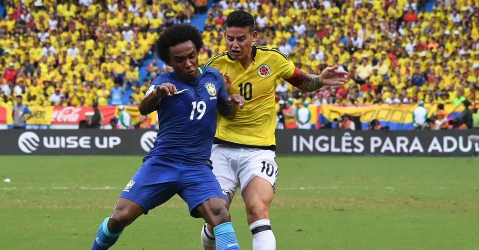 Willian e James Rodríguez disputam bola em Colômbia x Brasil