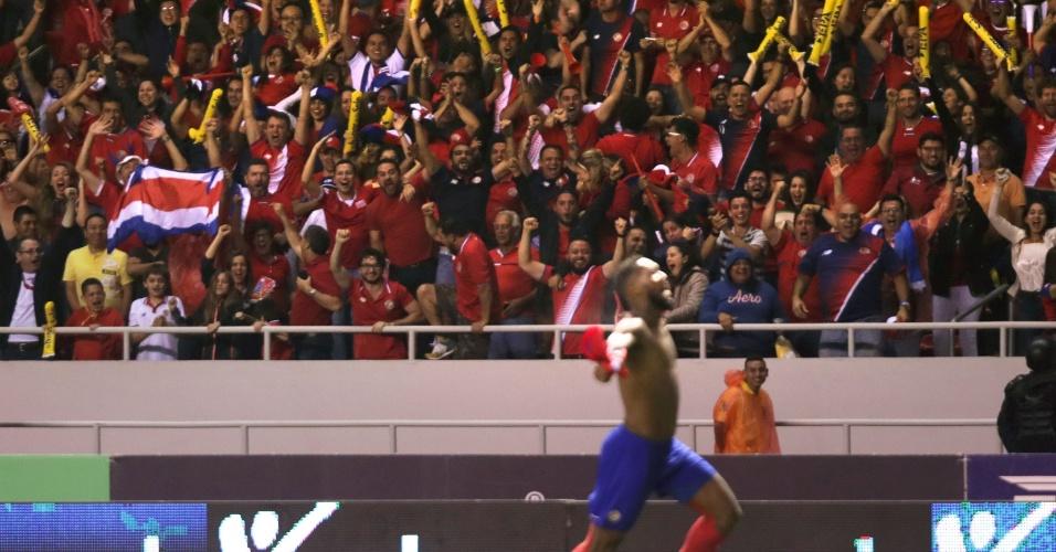 Torcida comemora enquanto Waston enlouquece ao marcar o gol que colocou Costa Rica na Copa