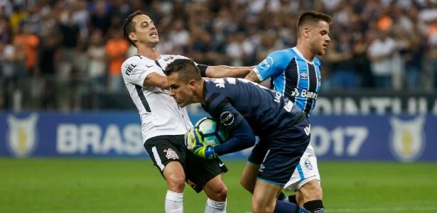 Rodriguinho, do Corinthians, disputa bola com Marcelo Grohe, goleiro do Grêmio - Marcello Zambrana/AGIF