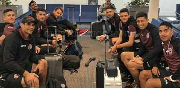 Em Buenos Aires, jogadores do Lanús aguardam embarque para Porto Alegre - Divulgação/CA Lanús