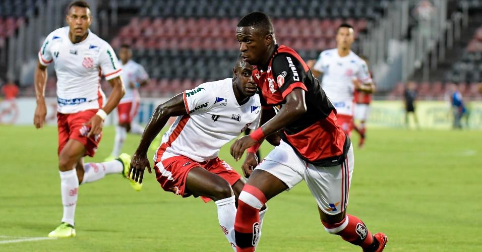 Vinicius Junior domina a bola durante Flamengo e Bangu pelo Campeonato Carioca