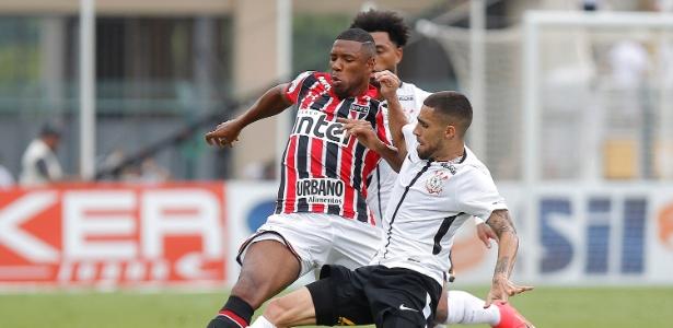 Jucilei disputa bola com Gabriel durante clássico com o Corinthians - Daniel Vorley/AGIF