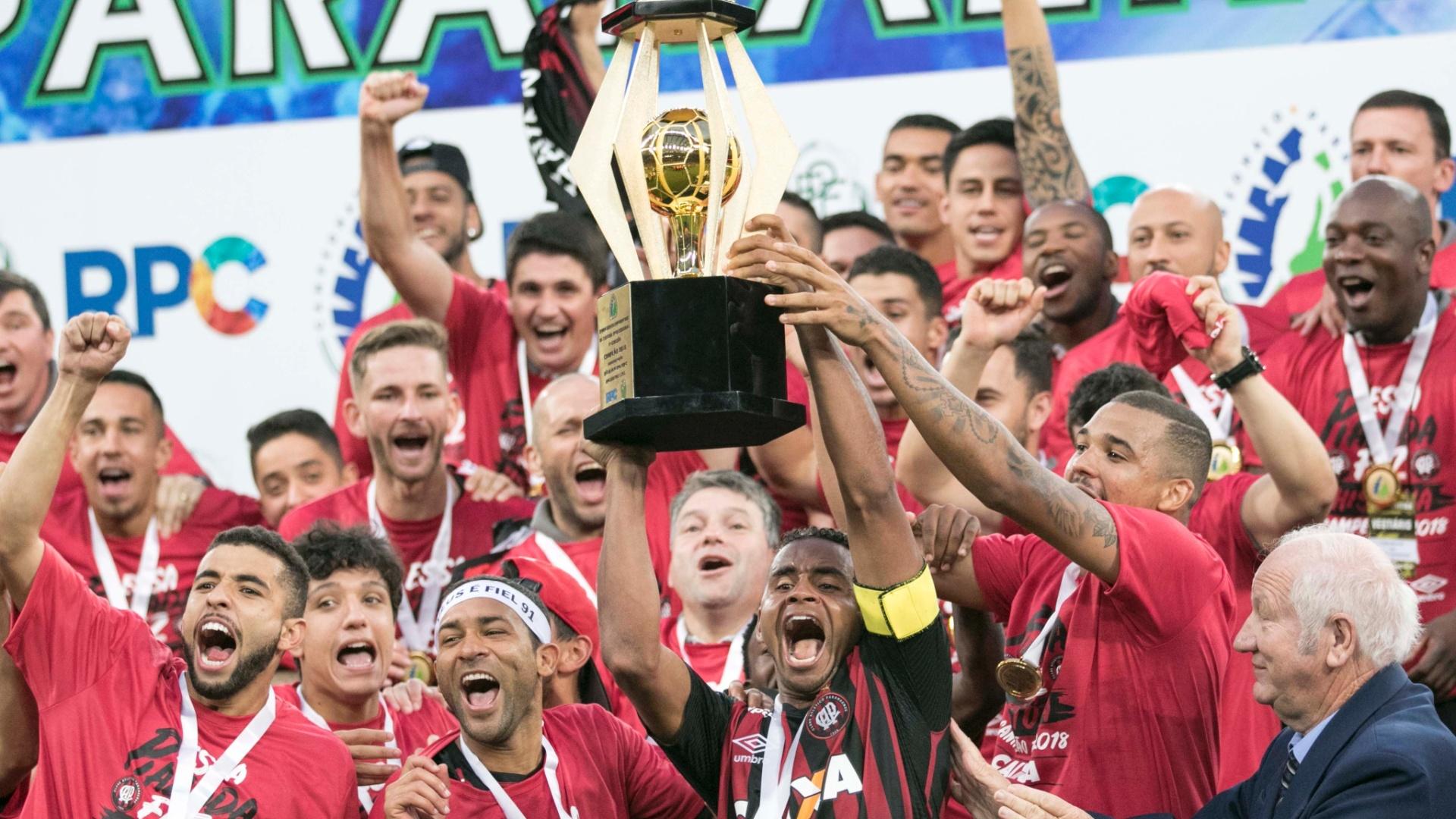Jogadores do Atlético-PR levantam troféu de campeões paranaense após título de 2018 em cima do Coritiba