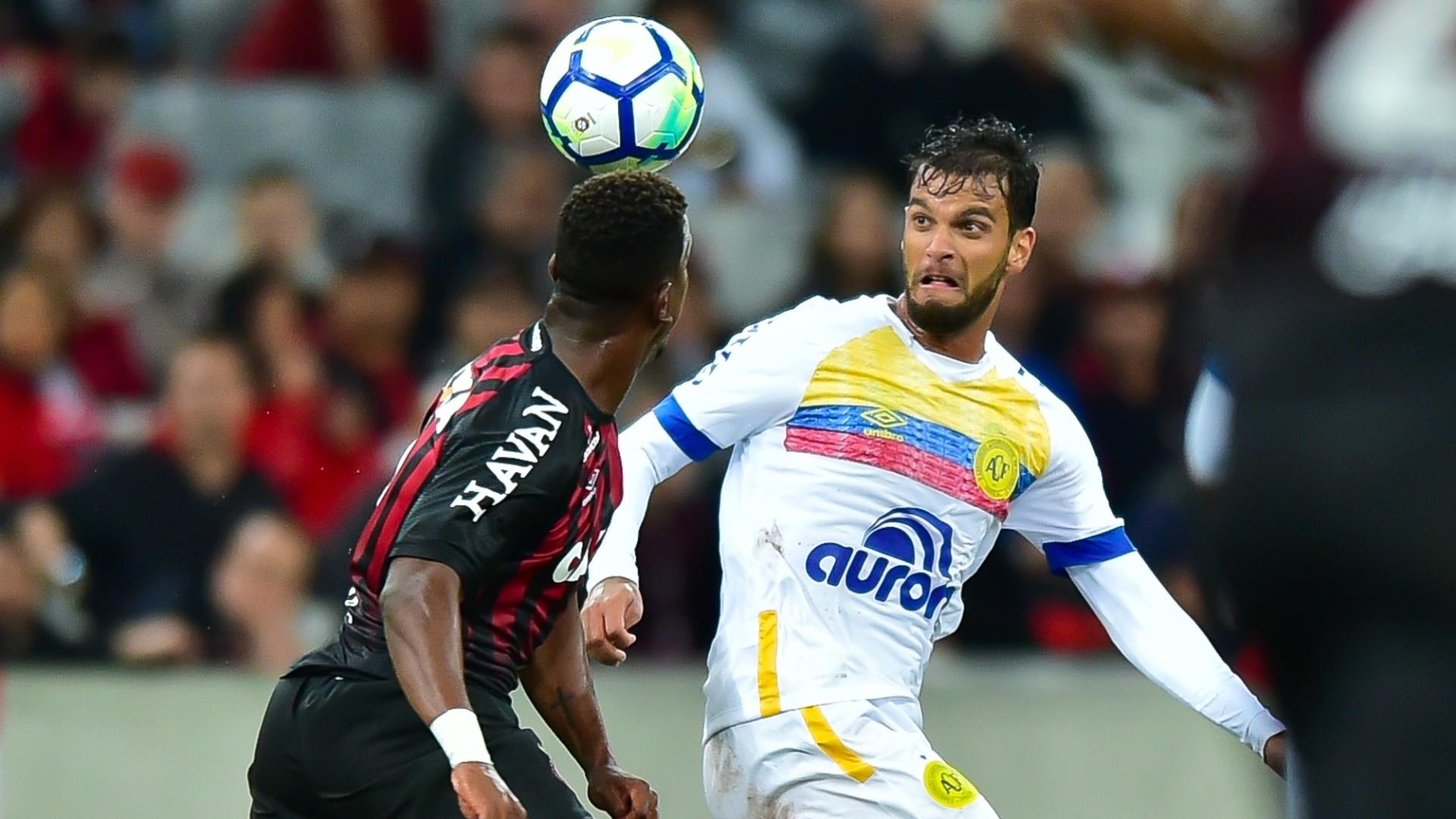Rafael Thyere disputa bola com Ribamar durante a partida entre Atlético-PR e Chapecoense