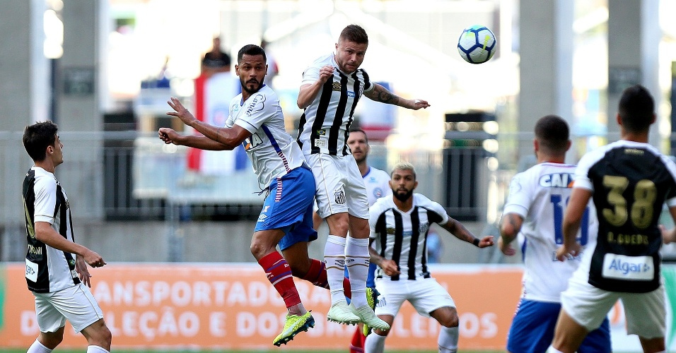 Elton e Eduardo Sasha disputam bola em Bahia x Santos pelo Campeonato Brasileiro