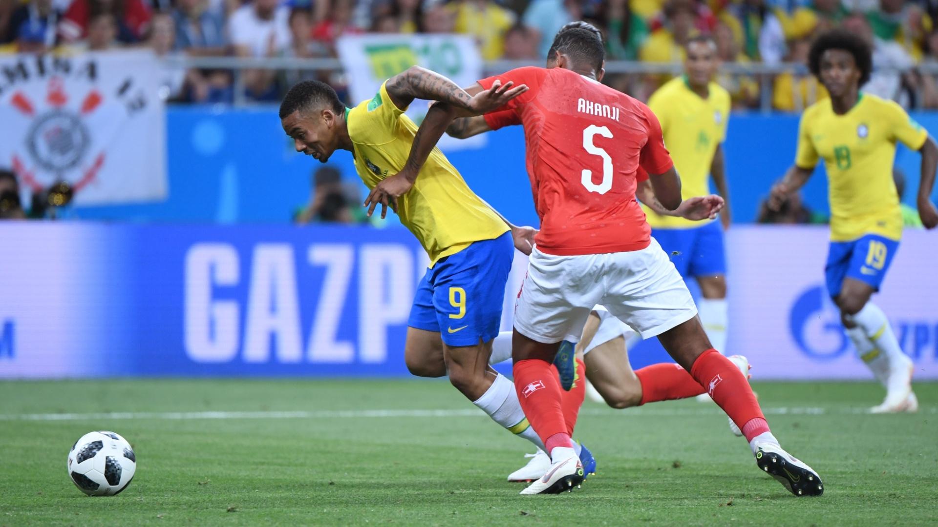 Gabriel Jesus se enrosca com Akanji, na Suíça, em lance polêmico da estreia do Brasil na Copa