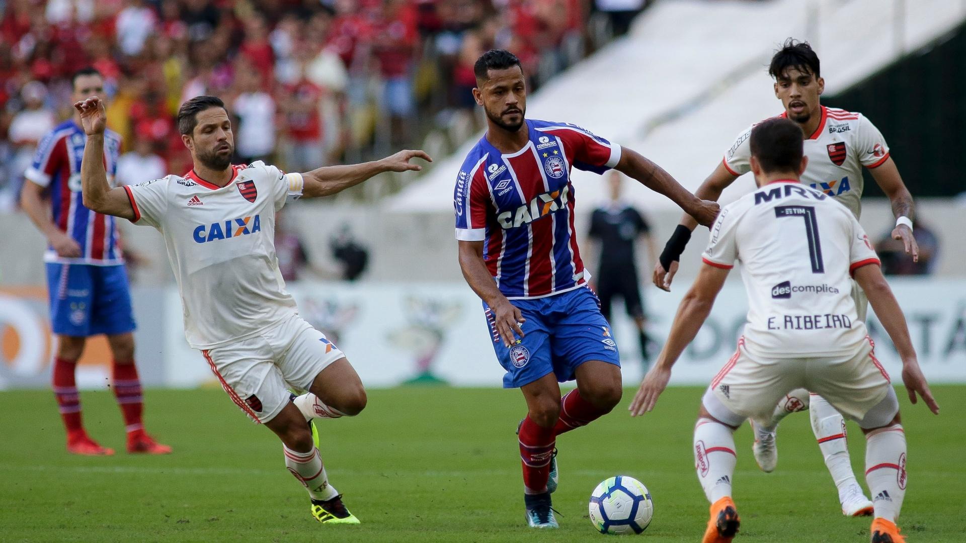 Elton, do Bahia, carrega a bola cerca por Diego (esq.), Lucas Paquetá e Everton Ribeiro, do Flamengo, em jogo do Campeonato Brasileiro