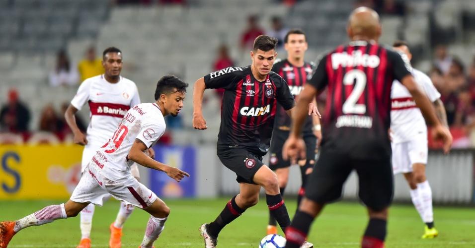 Jogadores de Atlético-PR e Internacional disputam a bola