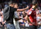 Fã invade campo e tira selfie com Neymar em vitória do Paris Saint-Germain