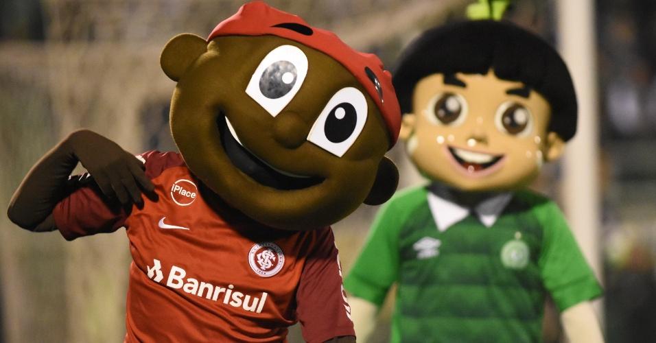 Mascotes de Inter e Chape interagem com torcedores na Arena Condá
