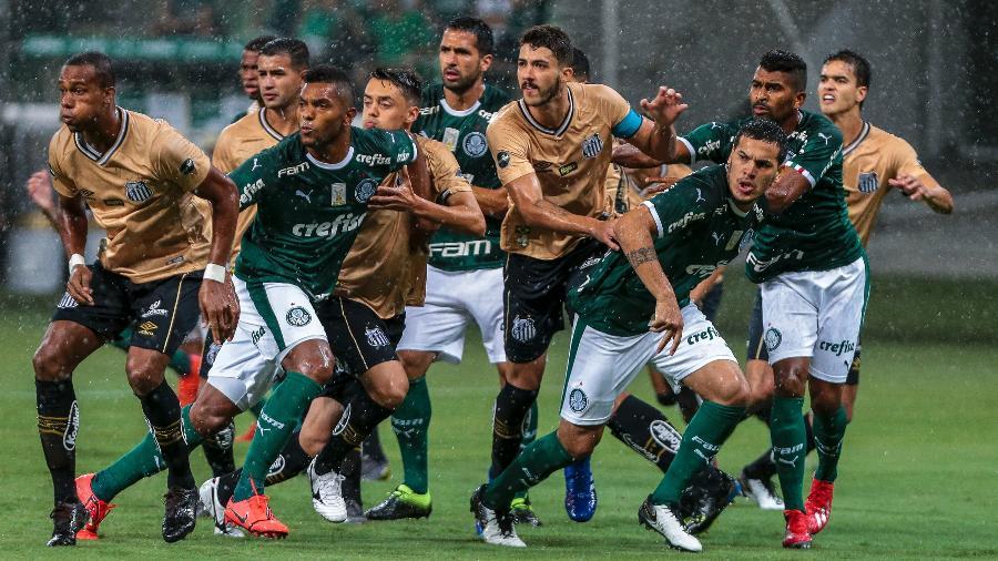 Bola parada durante o último clássico entre Palmeiras e Santos, no Allianz Parque - Ale Cabral/AGIF