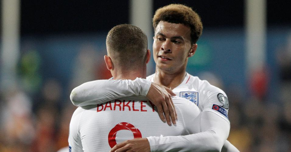 Barkley abraça Dele Alli após marcar pela Inglaterra sobre Montenegro