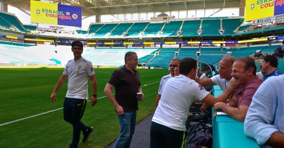 Rogério Caboclo, presidente da CBF, visita o treino da seleção brasileira