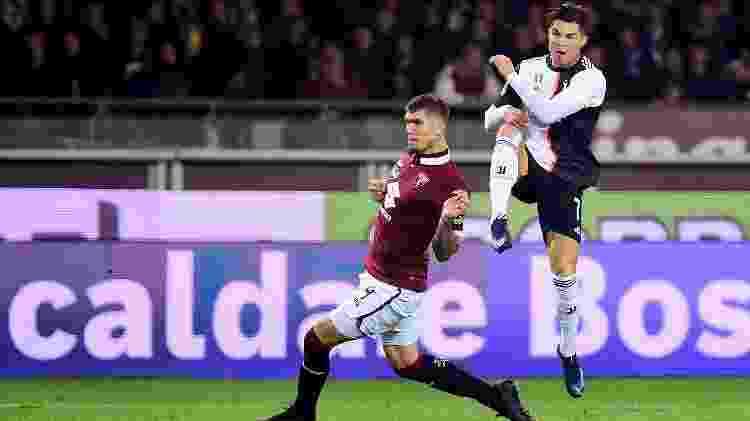 Lyanco, pelo Torino, tenta bloquear finalização de Cristiano Ronaldo em clássico com a Juventus - REUTERS/Massimo Pinca - REUTERS/Massimo Pinca