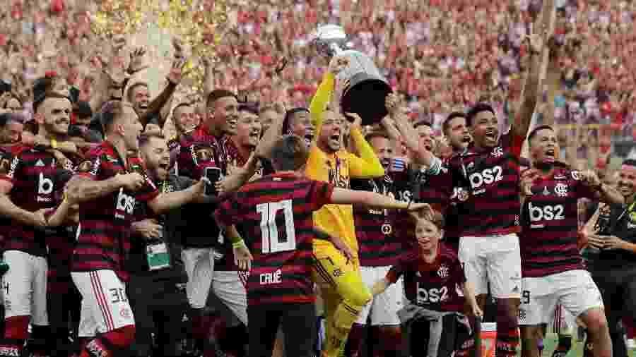 Jogadores do Flamengo erguem taça da Libertadores - REUTERS/Guadalupe Pardo
