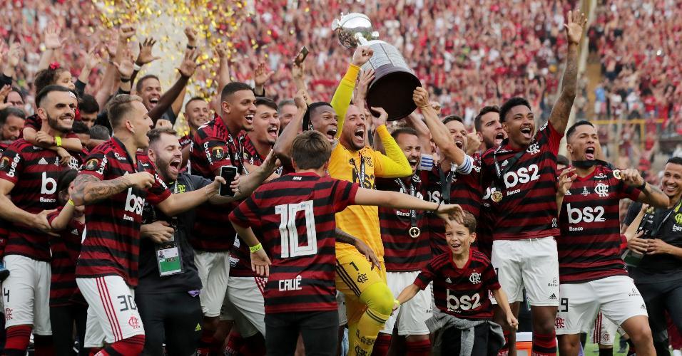 Jogadores do Flamengo erguem taça da Libertadores