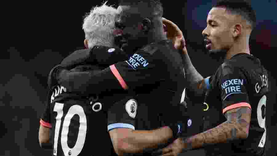 Sergio Aguero celebra com companheiro em goleada do Manchester City contra o Aston Villa - Carl Recine/Action Images via Reuters