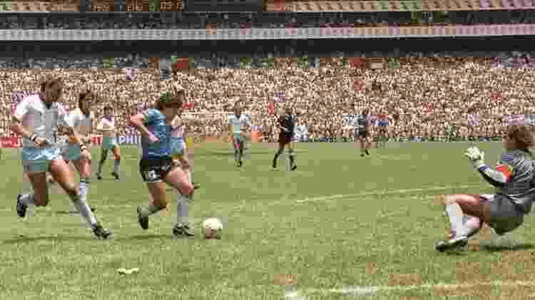 Maradona dribla Peter Shilton para aumentar o placar para a Argentina, minutos depois de fazer um gol de mão - France Presse- AFP PHOTO