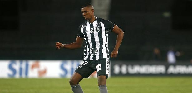 Perto do adeus ao Botafogo, Kanu pode ser relacionado para enfrentar o Flu