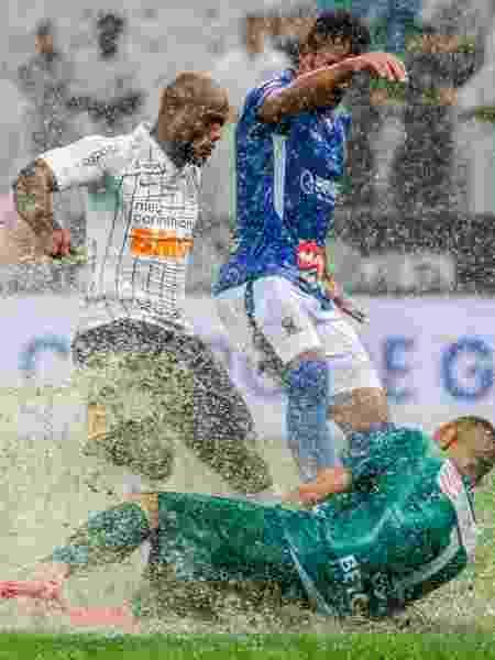 Vagner Love em disputa de bola no jogo do Corinthians contra o Santo André - Marcello Zambrana/AGIF