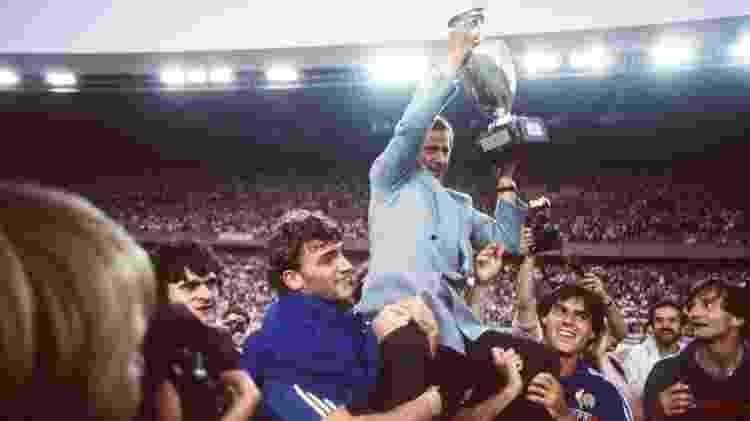 Treinador da seleção francesa de futebol entre 1976 e 1984, Michel Hidalgo comemora título da Eurocopa de 1984  - AFP - AFP