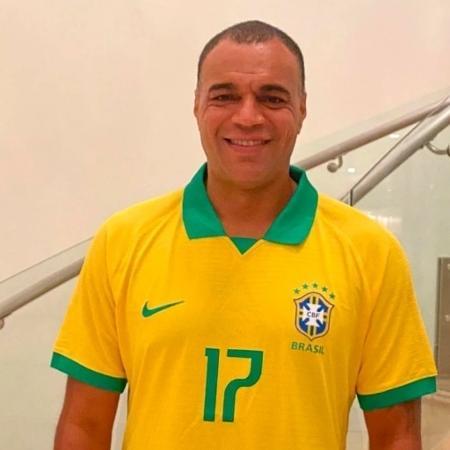 Denílson com a camisa da seleção brasileira - Divulgação