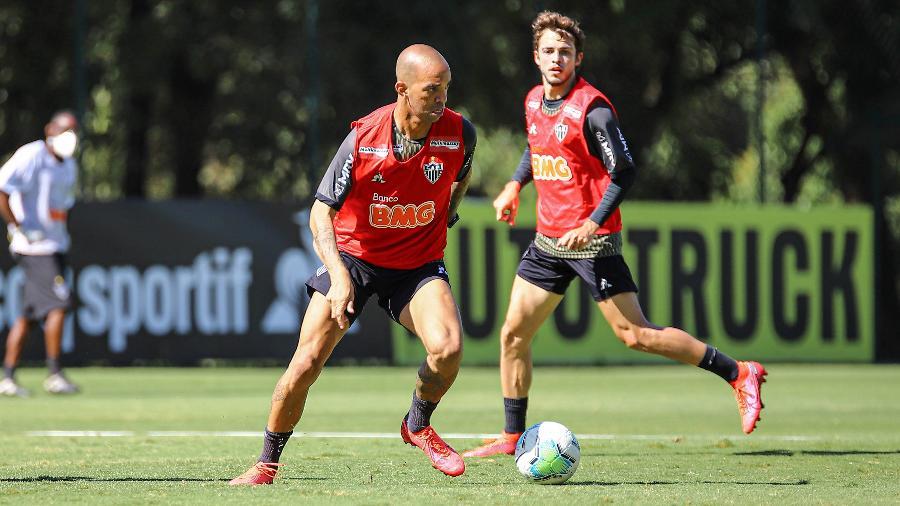 Diego Tardelli, atacante do Atlético-MG, deixa o campo de maca em jogo-treino contra o América-MG - Pedro Souza/Atlético-MG