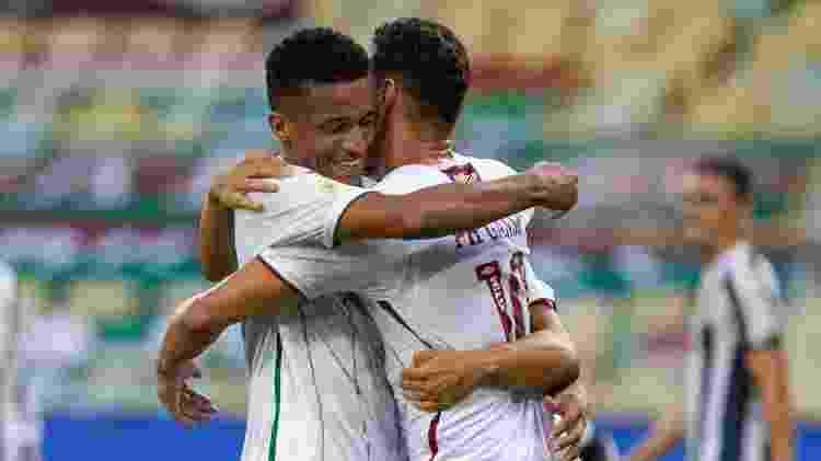 Marcos Paulo abraça Ganso após gol do Fluminense; dupla voltou a jogar bem - MARCELO GONCALVES/ESTADÃO CONTEÚDO - MARCELO GONCALVES/ESTADÃO CONTEÚDO