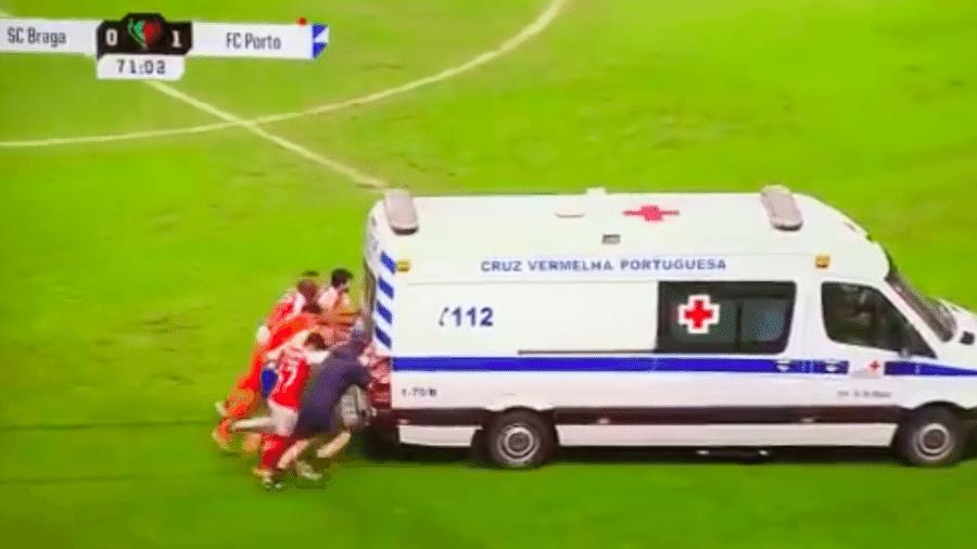 Jogadores do Porto e Braga empurram ambulância em semifinal da Taça de Portugal  - Transmissão TVI