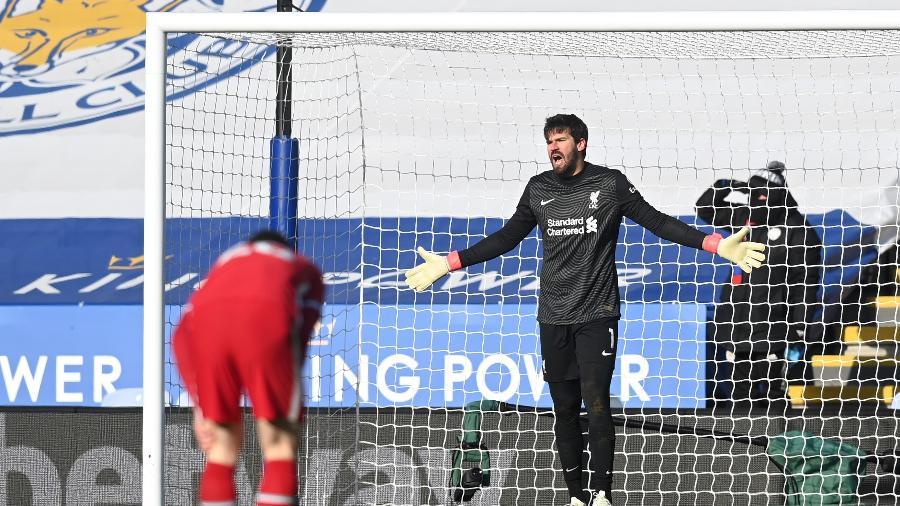 Alisson reclama com companheiros após falhar em gol do Leicester - Michael Regan/Getty Images