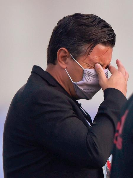 Técnico do River Plate, Marcelo Gallardo, é atingido pelo gás lacrimogêneo - Daniel Munoz POOL/EFE