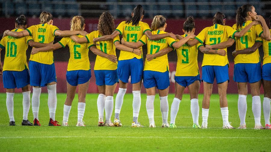 Seleção brasileira feminina abraçada durante decisão de pênaltis contra o Canadá - Philip Fong/AFP