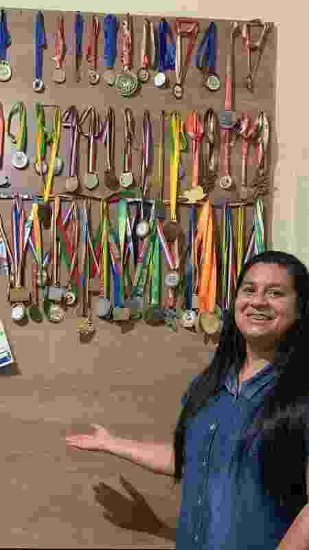 Vanusa, mãe de Lucas Vilar, exibe as medalhas do filho - Arquivo pessoal - Arquivo pessoal