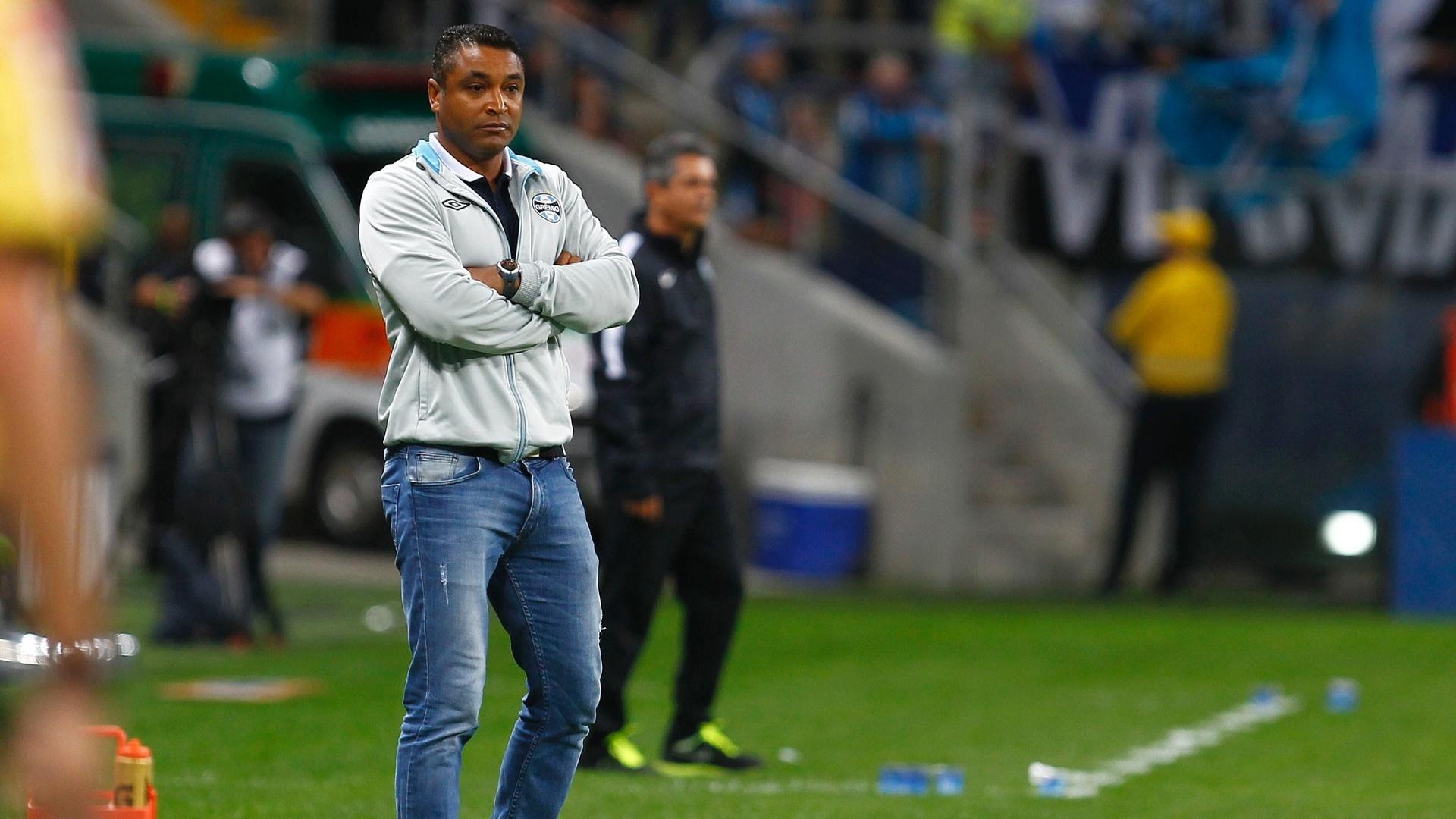 Roger Machado observa desempenho dos jogadores do Grêmio contra o Coritiba