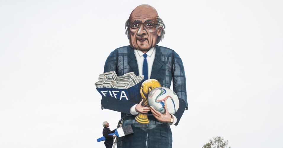 Boneco que representa Joseph Blatter é preparado para ser queimado na festa inglesa Bonfire Night