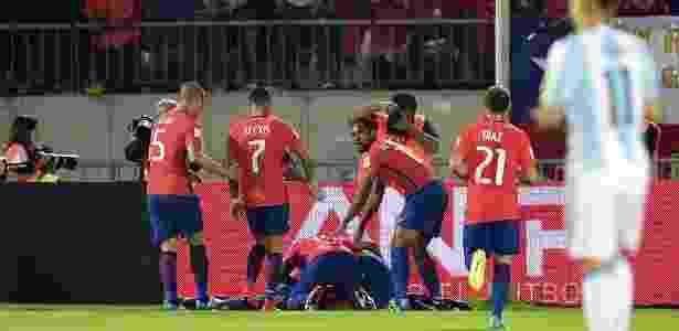 Jogadores do Chile comemoram gol marcado contra a Argentina - MARTIN BERNETTI/AFP - MARTIN BERNETTI/AFP